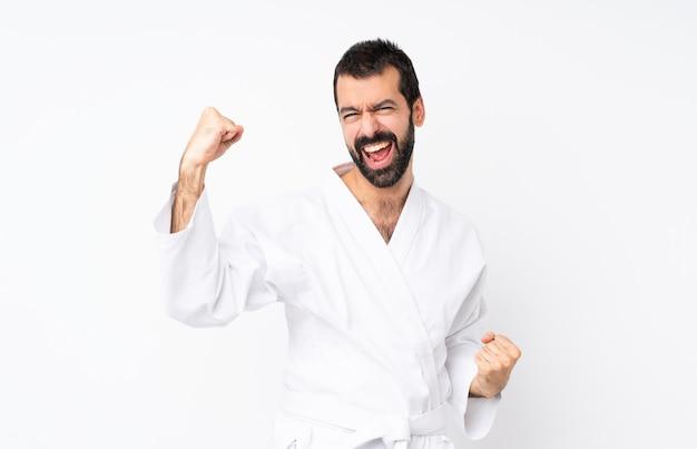 Jovem fazendo karatê comemorando uma vitória Foto Premium
