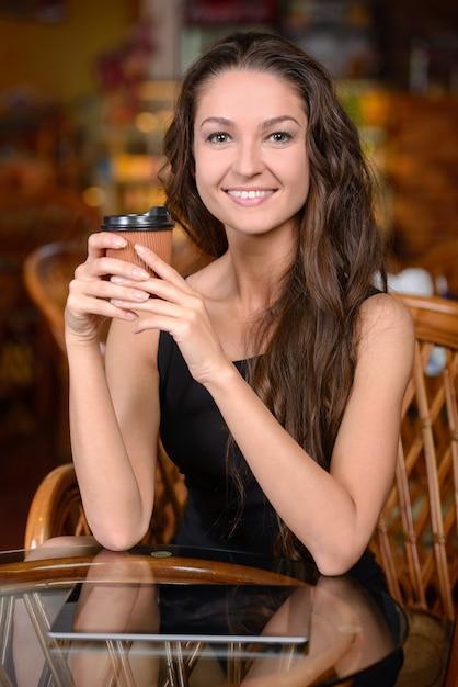 Jovem feliz bebendo café. Foto Premium
