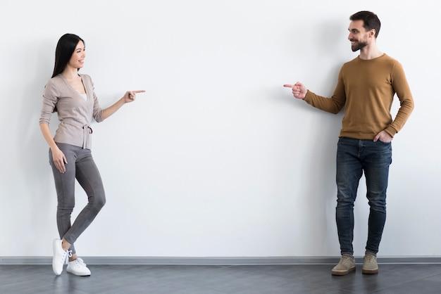 Jovem feliz e mulher posando juntos Foto gratuita
