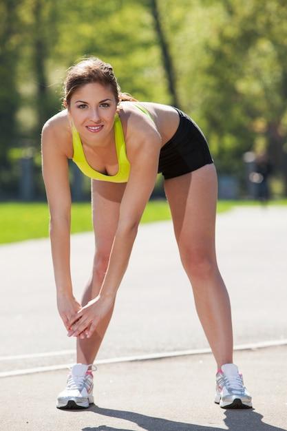 Jovem feliz exercitando ao ar livre Foto gratuita
