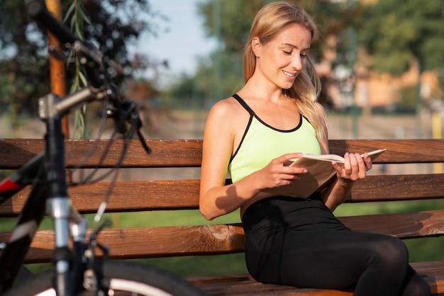 Jovem feliz lendo um livro Foto Premium
