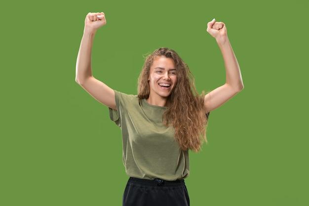 Jovem feliz levantando os braços para comemorar Foto gratuita