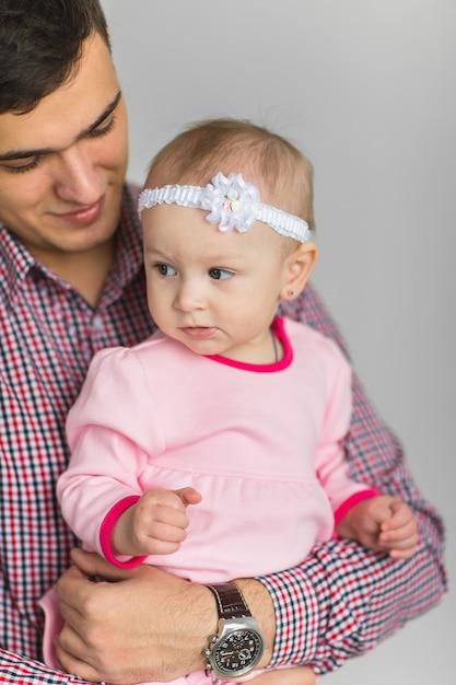 Jovem feliz pai mantém filha Foto Premium