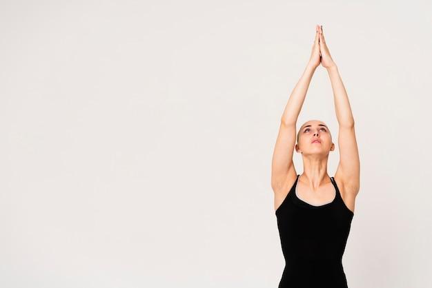 Jovem fêmea com as mãos unidas no ar Foto gratuita