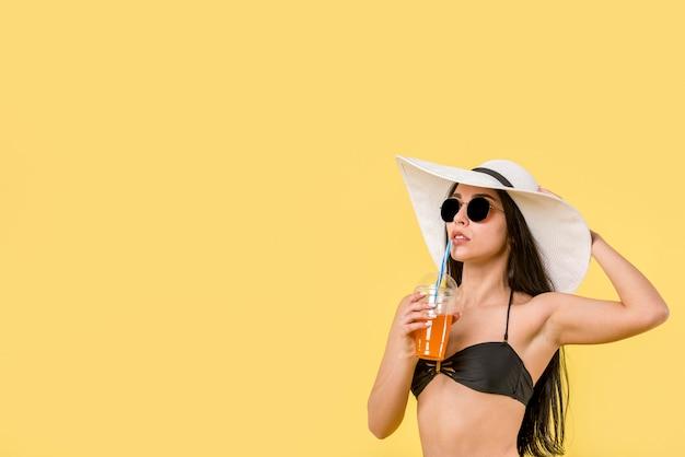 Jovem fêmea de biquíni com coquetel Foto Premium