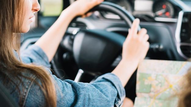 Jovem, femininas, dirigindo, car Foto gratuita