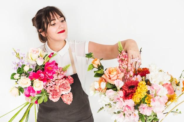 Jovem, femininas, florista, ordenação, flores Foto gratuita