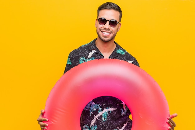 Jovem filipino segurando um anel inflável Foto Premium