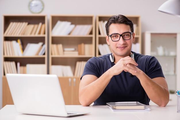 Jovem freelancer trabalhou trabalhando no computador Foto Premium