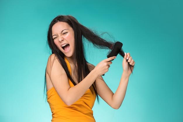 Jovem frustrada, com um cabelo ruim Foto gratuita