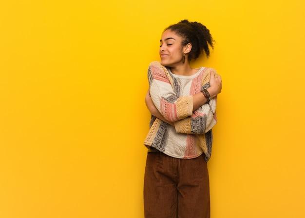 Jovem garota afro-americana negra com olhos azuis, dando um abraço Foto Premium