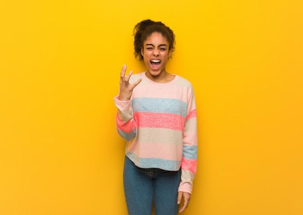 Jovem garota afro-americana negra com olhos azuis, muito assustada e com medo Foto Premium
