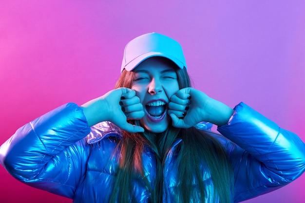 Jovem garota atraente no boné de beisebol e jaqueta Foto gratuita