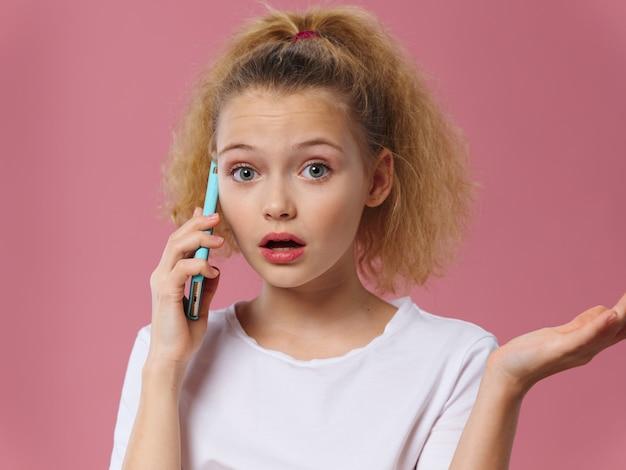 Jovem garota falando por telefone celular Foto Premium