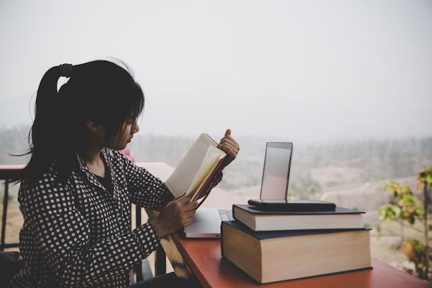 Jovem garota no café, livro, leitura, café Foto gratuita