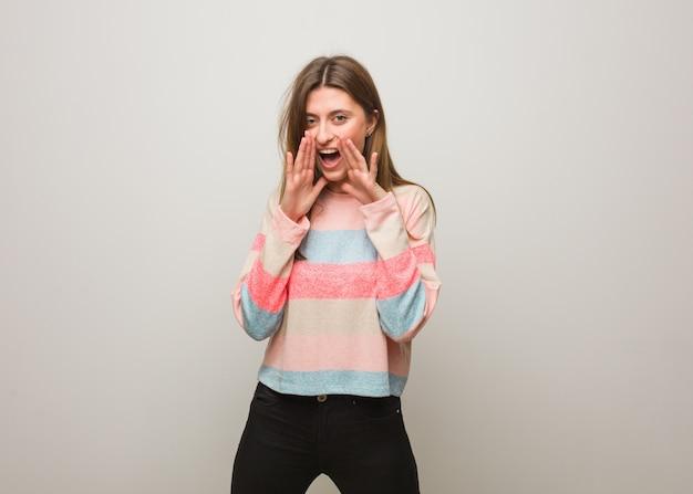 Jovem garota russa gritando algo feliz para a frente Foto Premium