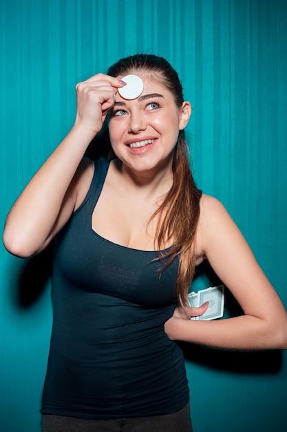 Jovem garota segurando fichas de poker azul Foto gratuita