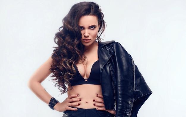 Jovem garota sexy com cabelos longos na jaqueta de couro Foto Premium