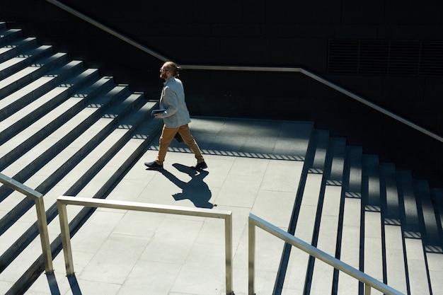 Jovem gerente masculino correndo para reunião Foto Premium