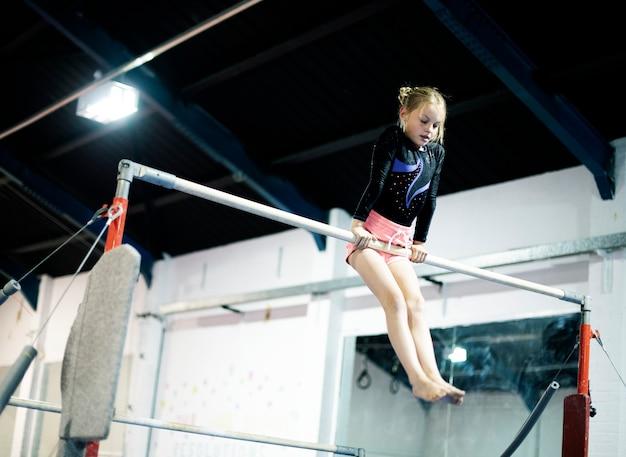 Jovem, ginasta, ligado, um, barra horizontal Foto Premium