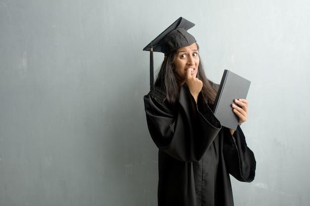 Jovem, graduado, indianas, mulher, contra, parede, morder, pregos Foto Premium