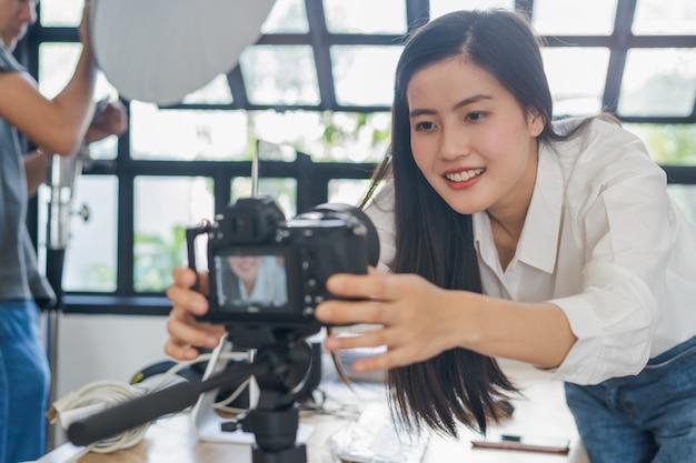 Jovem grava conteúdo de vídeo em seu canal Foto Premium