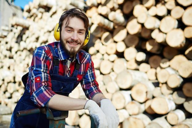Jovem guarda florestal Foto gratuita