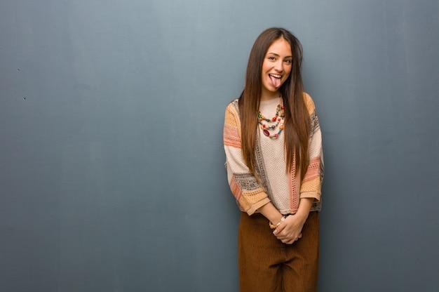 Jovem, hippie, mulher, funnny, e, amigável, mostrando, língua Foto Premium