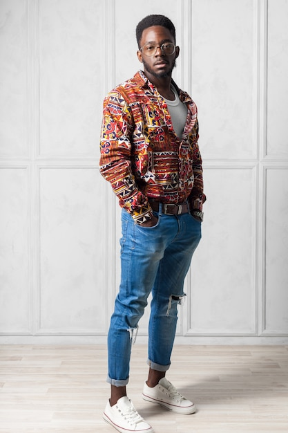 Jovem homem africano bonito Foto Premium