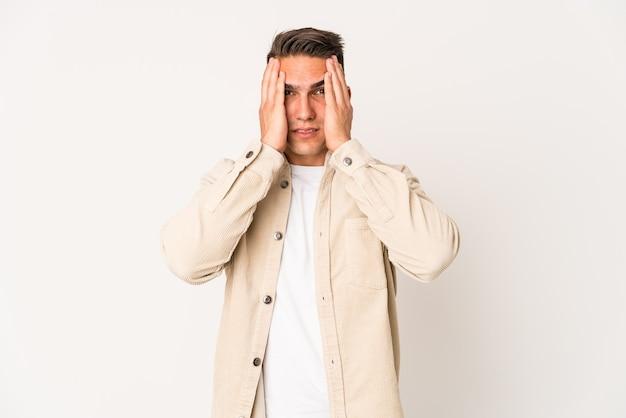 Jovem homem bonito caucasiano isolado chorando e chorando desconsoladamente. Foto Premium