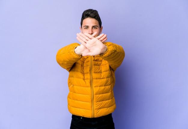 Jovem homem caucasiano fazendo um gesto de negação Foto Premium