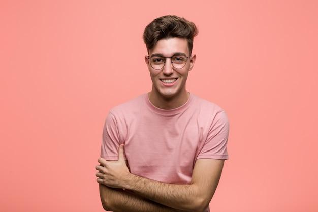 Jovem homem caucasiano legal rindo e se divertindo. Foto Premium