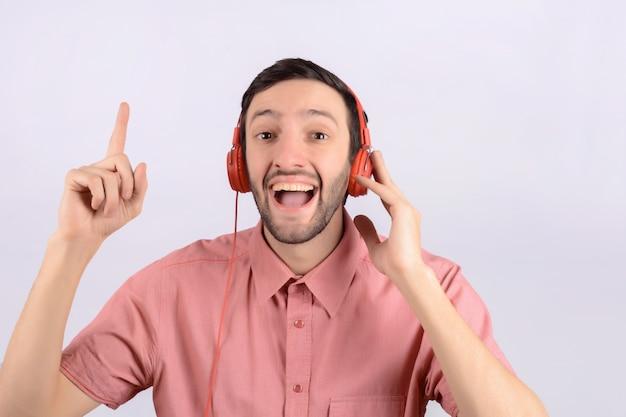 Jovem homem engraçado com fones de ouvido Foto Premium