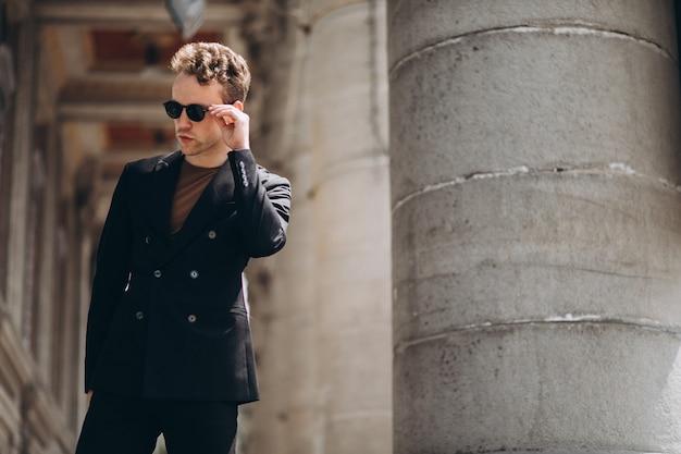 Jovem, homem, modelo, posar, rua Foto gratuita
