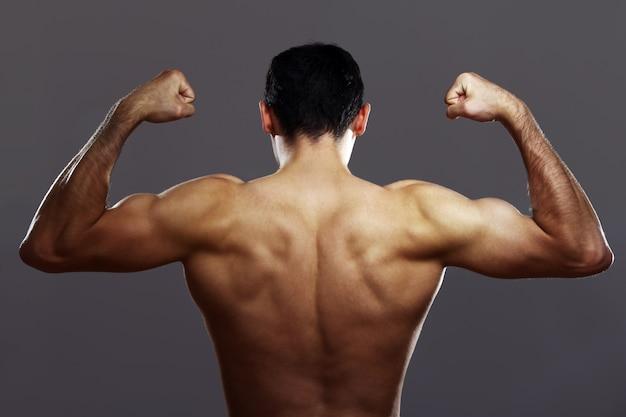 Jovem homem musculoso Foto gratuita