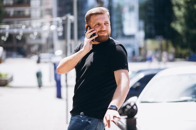 Jovem, homem negócio, falando telefone Foto gratuita