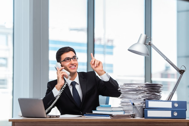 Jovem, homem negócios, conversa telefone Foto Premium