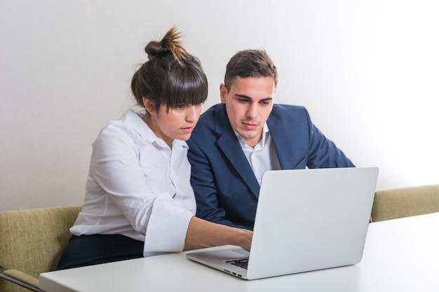 Resultado de imagem para homem no computador executivo escritorio reunião