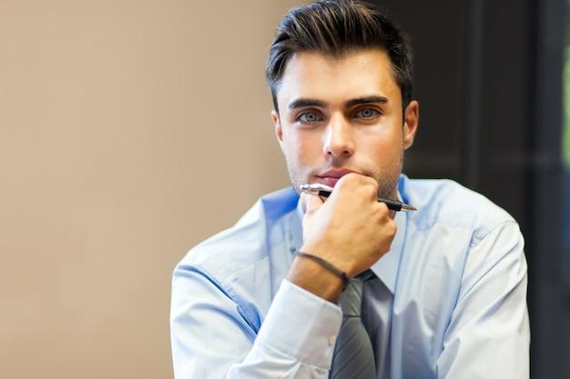 Jovem, homem negócios, em, seu, escritório Foto Premium