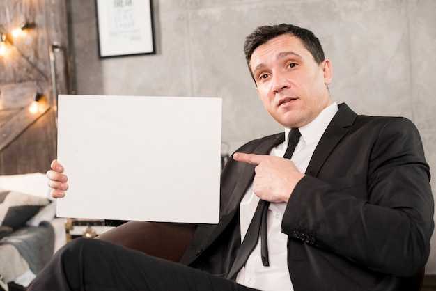 Jovem, homem negócios, segurando, em branco, papel Foto gratuita