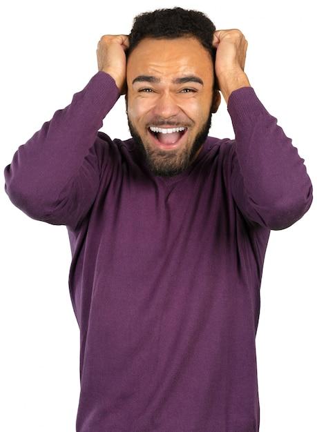 Jovem homem nervoso preto com medo isolado no branco Foto Premium