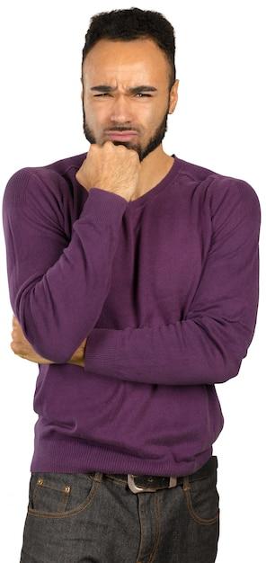 Jovem homem nervoso preto com medo, isolado no fundo branco Foto Premium