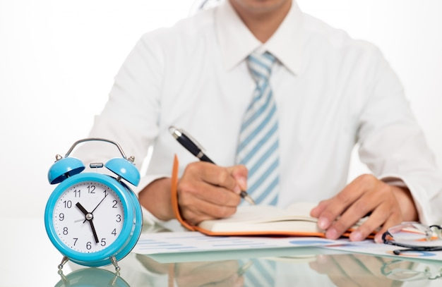 Jovem homens trabalhando horas extras escrit rio for Follando en la oficina gratis