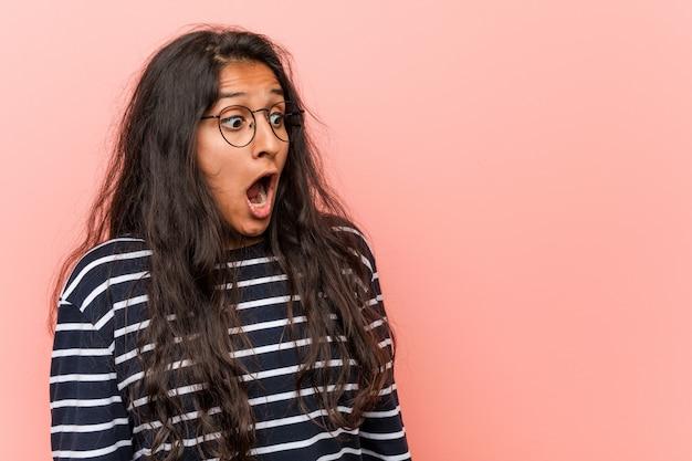 Jovem indiana intelectual que está chocada por causa de algo que viu. Foto Premium
