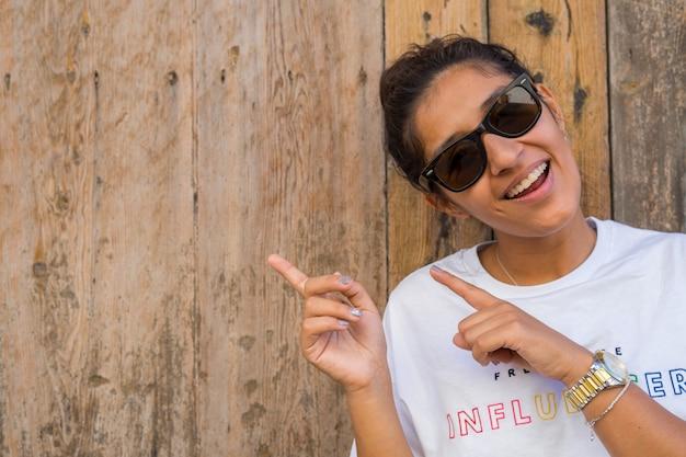 Jovem, indianas, mulher apontando, lado Foto Premium