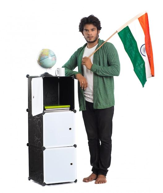 Jovem indiano com a bandeira no fundo branco Foto Premium