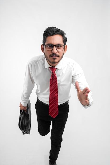 Jovem indiano de negócios se preparando para o sucesso Foto Premium