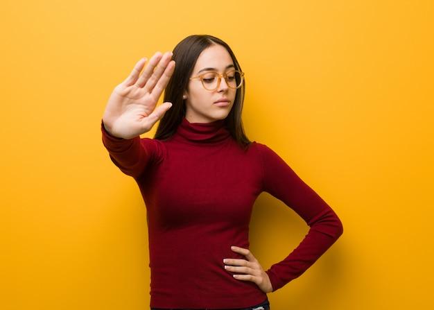 Jovem intelectual, colocando a mão na frente Foto Premium