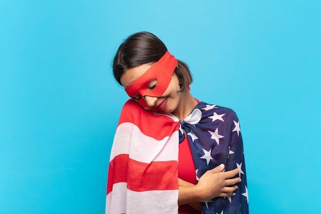 Jovem latina se sentindo apaixonada, sorrindo, acariciando e se abraçando Foto Premium