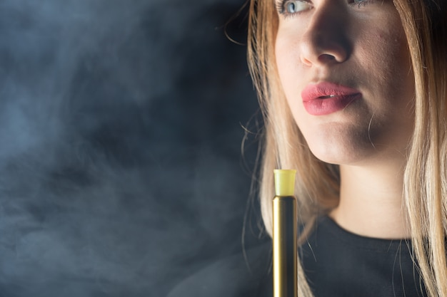 Jovem, linda garota fuma um cachimbo de água Foto Premium